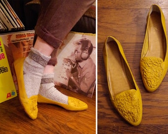 ba1b5b067f1 CRINKLED 1980 s 90 s Vintage Deep Mustard Yellow Leather Slip On Shoes  Flats w  Textured Tops    size 10 M    SNAP by Calico