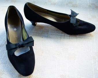 BOW Tie 1950's 60's Vintage Black Suede Leather KITTEN Heels // size 8 // by Gaymode