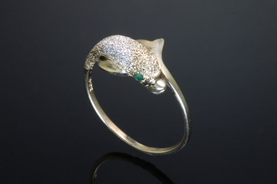 textured surface 10K yellow gold dolphin ring with emerald eyes, vintage jewelry green eyes, fish jewelry, fish ring, gold fish