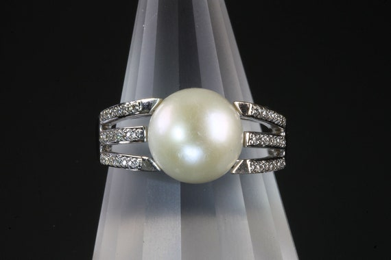 18K white gold pearl and diamond ring, glamorous cultured big pearl, great gift for her, luxurious sparkles, feminine elegance