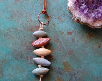 Love Will Find a Way / Ellipse en céramique fait à la main de perles de collier en cuir