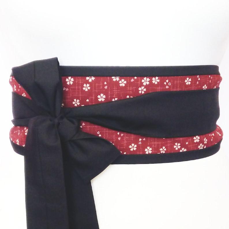 6ef6eba4f3f Rouge et noir ceinture Obi avec des fleurs de Cerisier