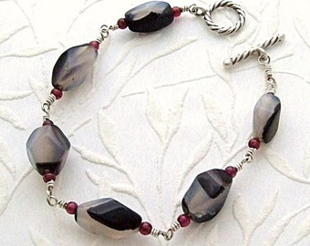 Black and White Onyx Bracelet with Garnets in Silver, Black and White Bracelet, Onyx Jewelry, Agate Bracelet