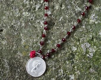 ROSARY | Collana catena rosario, perline in mezzo cristallo bordeaux, con ciondoli