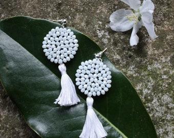 DALIA | Orecchini bianchi con nappa, Orecchini nappina, orecchini viola, orecchini boho, orecchini pendenti, orecchini ricamati