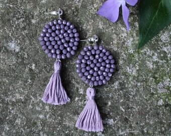 DALIA | Orecchini lilla con nappa, Orecchini nappina, orecchini viola, orecchini boho, orecchini pendenti, orecchini ricamati con perline