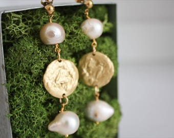 ONE OF A KIND | Orecchini martellati con perle di fiume bianche, Orecchini Boho chic, color oro