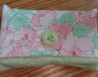 Pink flowers travel tissue holder