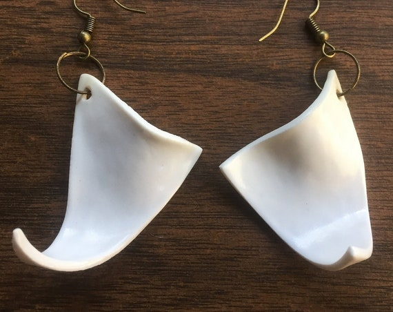 set of two wavy porcelain earrings in white