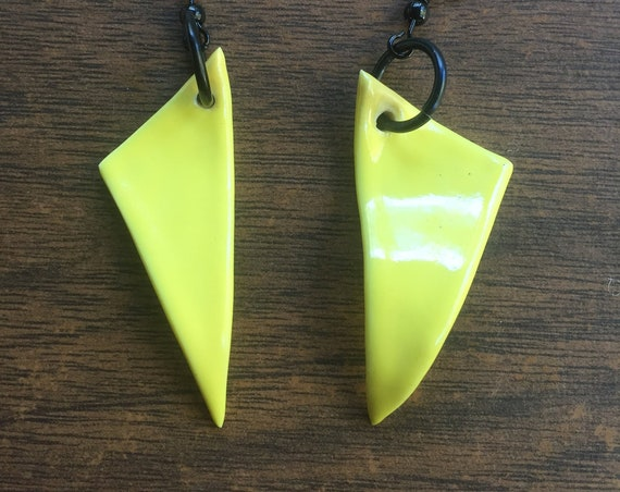 set of two wavy porcelain earrings in glossy bright yellow