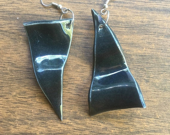 set of two wavy porcelain earrings in glossy black