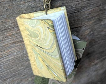 Pendentif livre miniature
