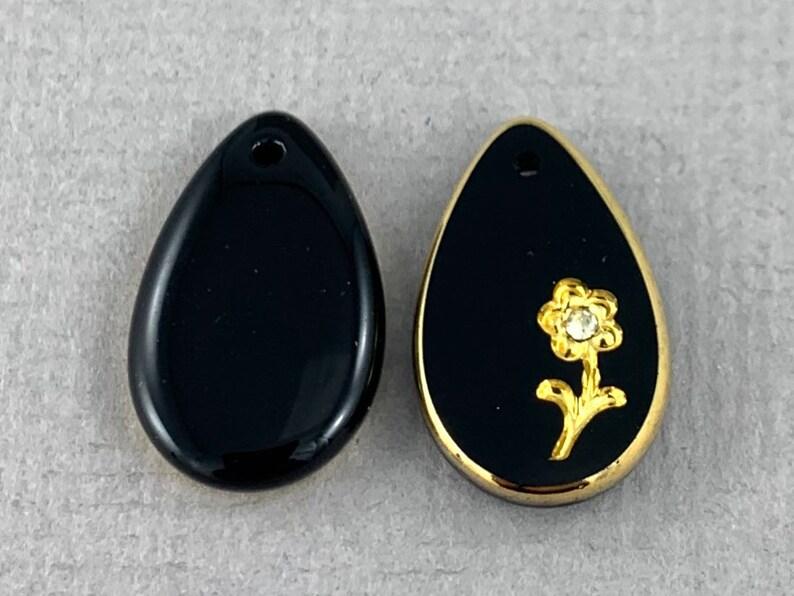 Gilded jet black intaglio glass teardrop pendant MG348-d0 21mm x 13mm flower design top drilled crystal chaton Vintage charm 2pc
