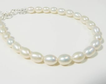 Beautiful natural ivory freshwater pearl bracelet with extender chain.  Wedding jewellery. Bridal bracelet. Bridesmaid gift. Gift for her