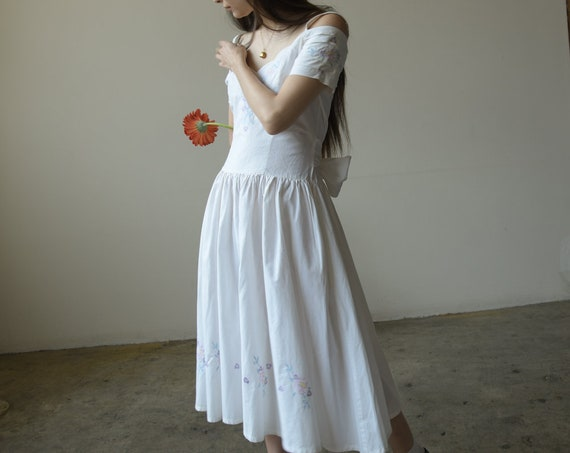2705d / 1980s white cotton floral embroidered dres