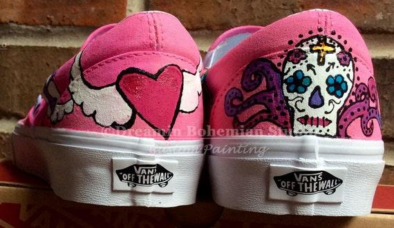 Handgeschilderde dag van de dood aangepaste Vans Slip op schoenen, Mexicaanse Festival Sneakers voor vrouwen, suiker schedels en Cross Boho Calaveras