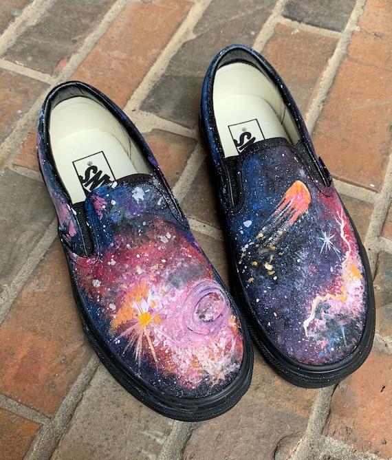 Chaussures Vans Galaxy pour les femmes, la voie lactée sur engobe noir sur Skate Shoe, étoile filante, Meteor, univers Cosmos cosmiques, coloré, peint