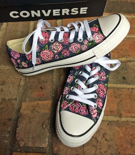 Marine Chucks mit gemalten rosa Rosen ziemlich Converse Low Top Schuh für Frauen, benutzerdefinierte gemalten Blumen Sneakers, Hochzeit Converse, Rose