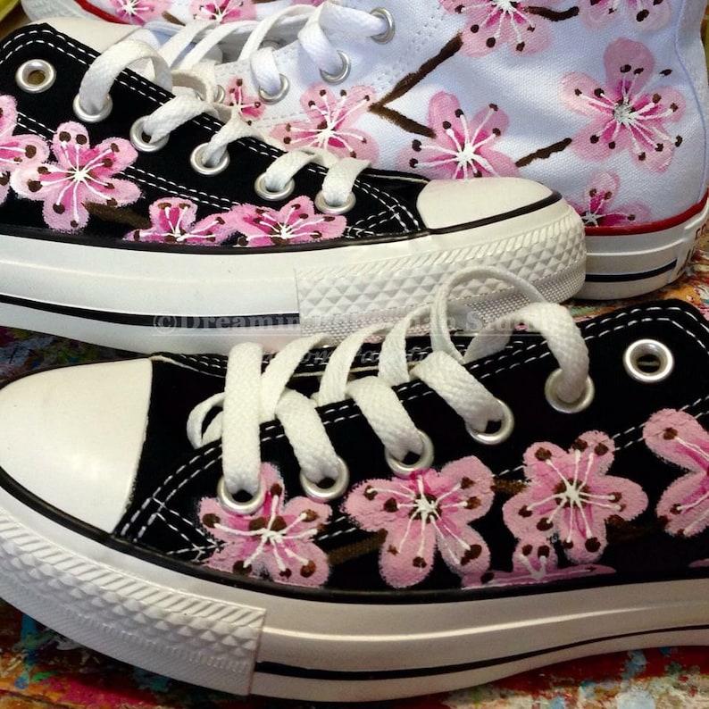Converse basse dessu, japonais Cherry Blossoms sur Converse noir, peint à la main tatouage Art chaussures pour la mariée. Cadeau pour petite amie,