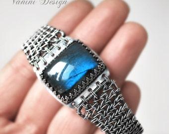 Ocean eye -  Fine silver and Madagascar Blue labradorite bracelet