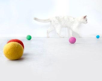 Set of 5 Cat Toys / Felt Balls / Sustainable Wool Cat Toys / Felted Balls for Kitties / Colourful Cat Toys / Modern Cat Toys / Cat Play