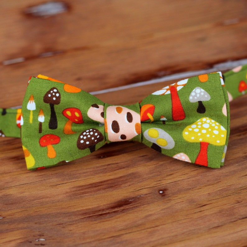 Boys Mushroom Bow Tie  Boy's green cotton toadstool image 0