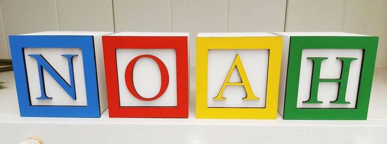 Blocs lettres en bois personnalisés pour décorer une chambre d'enfant - Créatrice : twinklesdesigns
