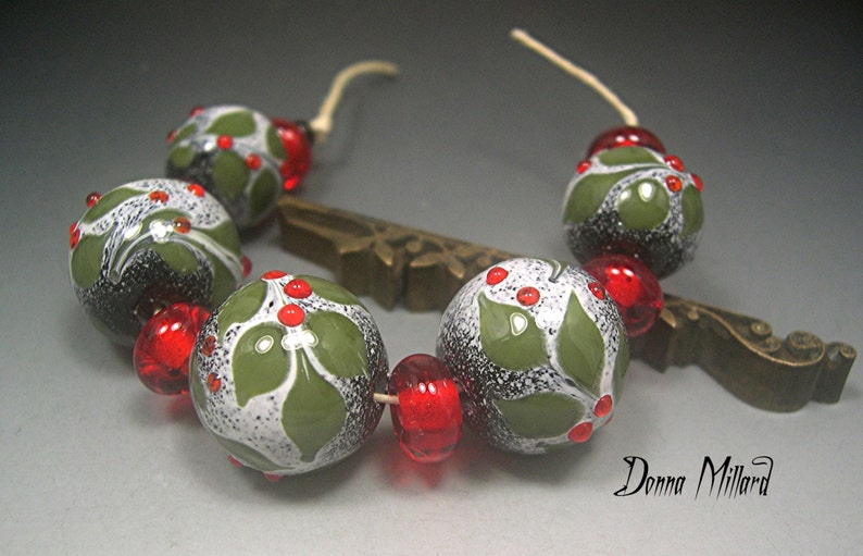 HOLLY DAZZLE SRA Lampwork Handmade Glass Beads Set Donna Millard lamp work Holly Dazzle red green christmas holiday winter