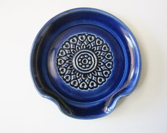 Small teaspoon rest, glazed in blue