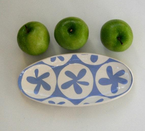 Plat ovale en céramique / bleu ciel motif fleur