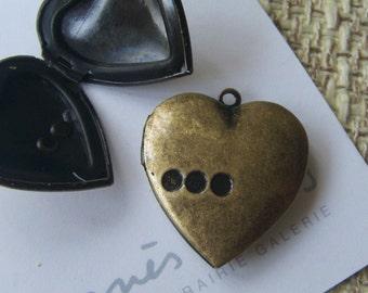 HEART LOCKET 25x25 mm   (in antique brass) Code 240