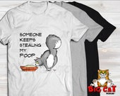 Unisex Cat T-shirt SOMEONE KEEPS Stealiny my POOP - in white, gray or black