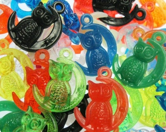 6 x VINTAGE Owl and Moon Plastic Gumball Machine Vending Charms, assorted colors