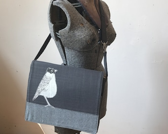 American Robin stitched drawn messenger bag with free accessory