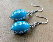 White Daisy Earrings / Mod Earrings / Turquoise Beaded / White Floral