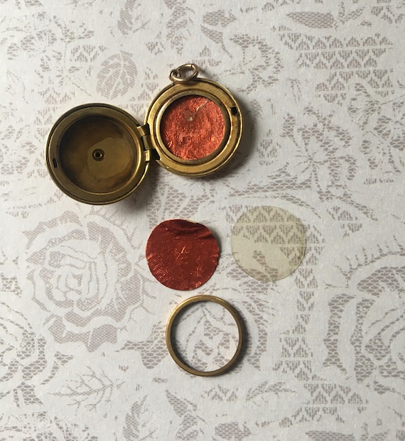 Antique Art Deco Locket, Round Shape in Gold Fill… - image 5