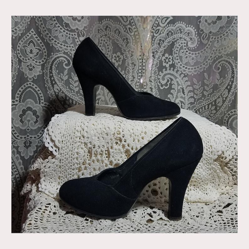 1edfd4a6711 Vintage 1940's 40's Black Suede Baby Doll Pumps Heels, Size 5 B, Glove Fit  V-cut Vamp