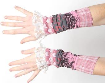 Lange Patchwork Manschetten, Rosa Rüschen, Manschetten, rosa und grau Jerseybündchen mit Vintage Spitze Rüschen, MALAM