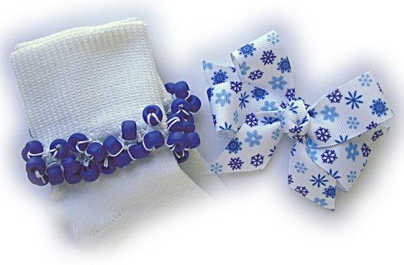 Perlé chaussettes de Kathy - chaussettes de flocons de neige bleu Royal et noeud pour cheveux, chaussettes de filles, poney perle chaussettes, chaussettes bleu royal, chaussettes de flocon de neige, chaussettes de l'école