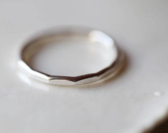 Minimaliste. ONE Silver hammered band. ONE Minimalist ring