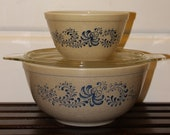 Vintage PYREX Homestead Mixing Nesting Bowls, set of 2 with lid, 1970s