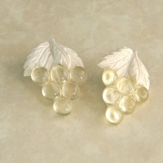 """Vintage Buttons - Set of Two 1930s Bunches of Grapes Plastic Buttons - 1"""""""