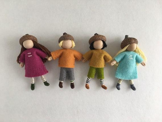 Acorn Cap poupées--ensemble de quatre petites poupées de bois