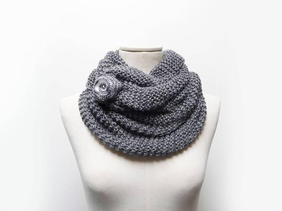 1a7164abd4f1 Grosse main col en tricot gris foulard infini avec fleur Col   Etsy