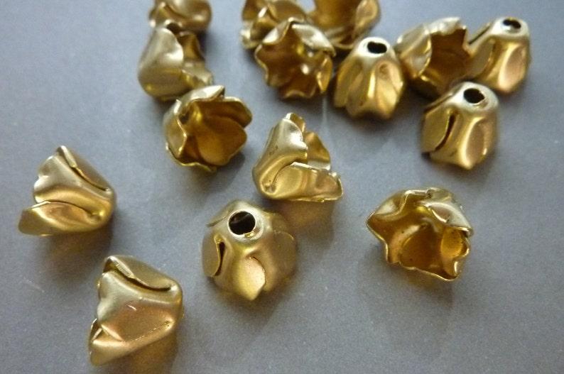 4 Bead Cap Pretty Brass Flower