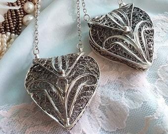 Lovely Silver Filigree Fleur De Lis Mesh Heart Pendant Purse