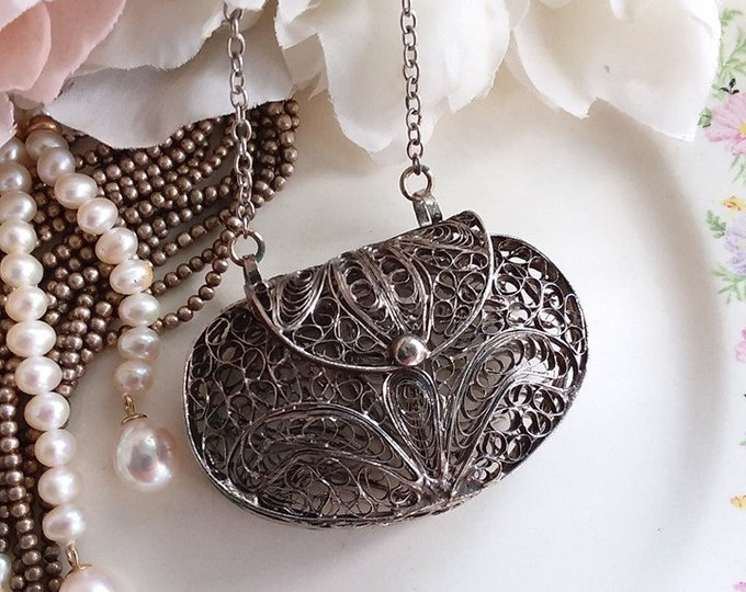 Lovely Silver Filigree Fleur De Lis Mesh Oval Pendant Purse