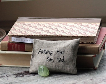 Allting har sin tid (Everything has its time - Swedish) Lavender sachet in linen with embroidered text