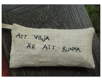 Att vilja är att kunna Lavender sachet in linen with embroidered Swedish text