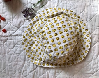 90's smiley face bucket hat